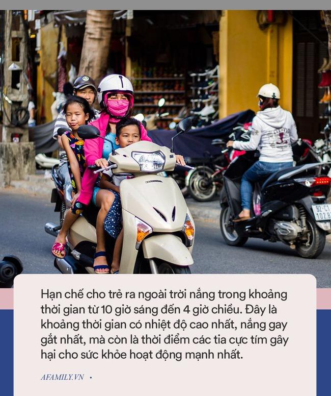 Chở con bằng xe máy dưới trời nắng nóng, cha mẹ cần lưu ý những điểm sau để trẻ không bị say nắng hay sốc nhiệt - Ảnh 4.