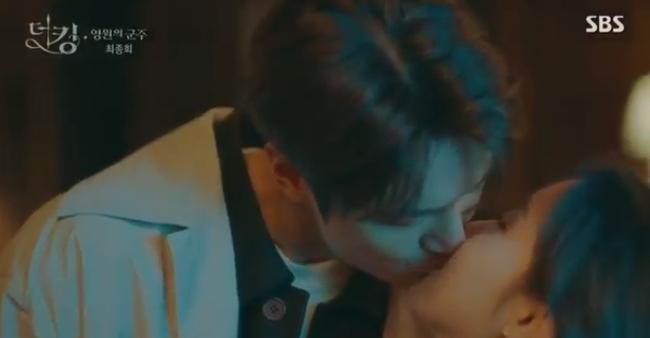 """""""Quân vương bất diệt"""" tập cuối: """"Happy ending"""" dành cho Lee Min Ho và Kim Go Eun, mãn nguyện nụ hôn siêu ngọt của đôi trẻ - Ảnh 1."""