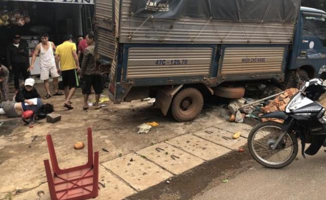 Vụ 2 xe tải và 1 ô tô lao vào chợ ở Đắk Nông: Ít nhất 5 người chết - Ảnh 3.