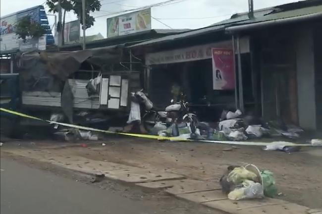 Vụ 2 xe tải và 1 ô tô lao vào chợ ở Đắk Nông: Ít nhất 5 người chết - Ảnh 1.