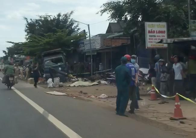 Vụ 2 xe tải và 1 ô tô lao vào chợ ở Đắk Nông: Ít nhất 5 người chết - Ảnh 2.