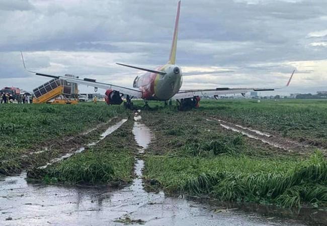 Đình chỉ và thu bằng lái đối với phi hành đoàn và phi công trong vụ máy báy chệch đường băng sân bay Tân Sơn Nhất - Ảnh 1.