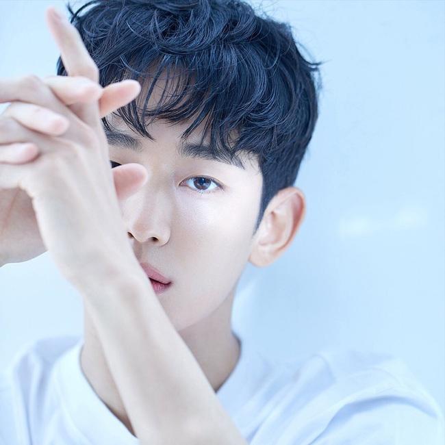 """Nửa đêm không ngủ, """"cụ giáo"""" Kim Soo Hyun âm thầm tung loạt ảnh mới, đỉnh cao thế nào mà netizen khen khí chất nam thần không thua gì Lee Min Ho?  - Ảnh 3."""