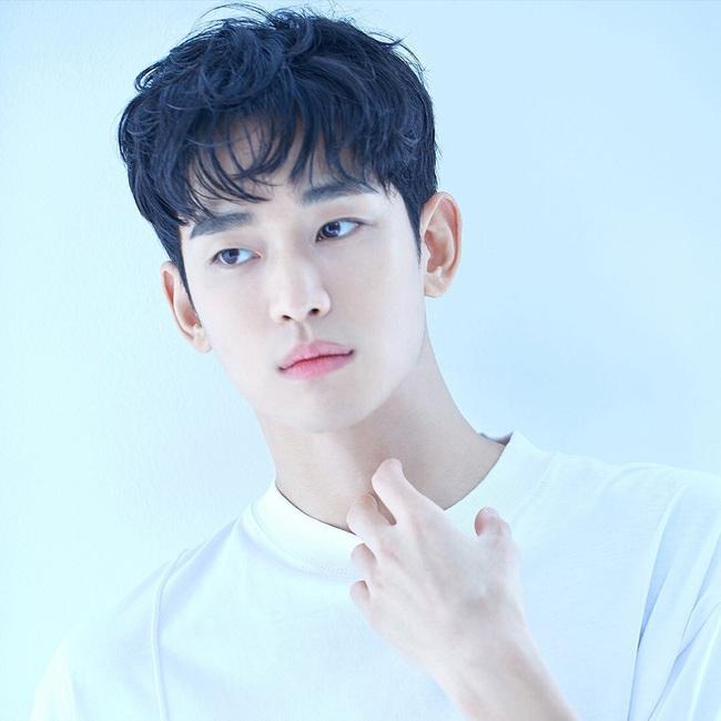 """Nửa đêm không ngủ, """"cụ giáo"""" Kim Soo Hyun âm thầm tung loạt ảnh mới, đỉnh cao thế nào mà netizen khen khí chất nam thần không thua gì Lee Min Ho?  - Ảnh 4."""
