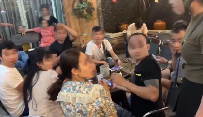 Bắt gặp chồng cùng nhân tình đang ngồi uống nước, chị vợ xông vào hất thẳng cốc nước vào mặt