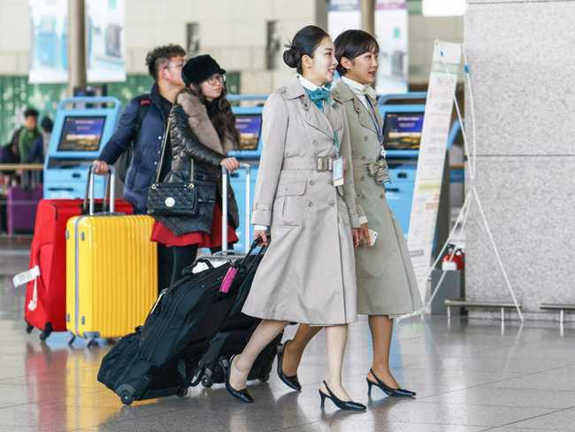 Tiếp viên hàng không ở Hàn Quốc: Công việc đẳng cấp trong mơ nhưng chịu áp lực nhan sắc, có cả gói phẫu thuật thẩm mỹ riêng - Ảnh 2.
