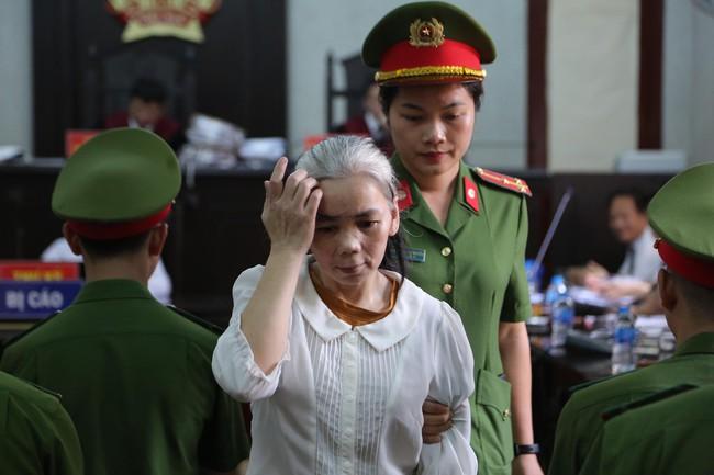Xử phúc thẩm vụ nữ sinh giao gà bị sát hại: Bùi Thị Kim Thu tóc bạc trắng cùng chồng và các bị cáo đến hầu tòa - Ảnh 1.
