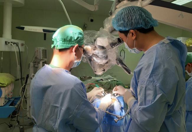 """Lần đầu tiên, BV ở Cần Thơ phẫu thuật kiểu """"lỗ khoá"""" cứu bệnh nhân vỡ mạch máu não - Ảnh 1."""