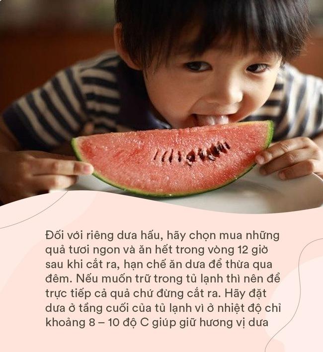 Con gái 4 tuổi đột ngột sốt cao và đi ngoài ra máu, người mẹ khóc ngất vì một sai lầm khi cho con ăn dưa hấu trong hè nhiều người phạm phải - Ảnh 3.