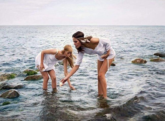 Hình ảnh 2 cô gái chơi đùa trên biển trông rất đỗi bình thường nhưng ẩn sau đó là một bí mật gây choáng váng cho bất kỳ ai - Ảnh 1.