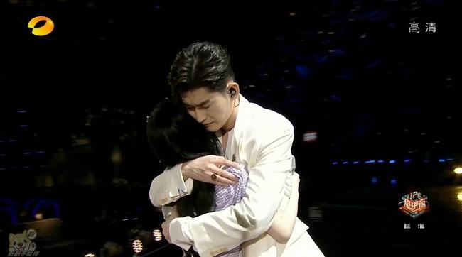 Trương Hàn ôm ấp mỹ nhân 4000 năm Cúc Tịnh Y trên sân khấu,  - Ảnh 4.