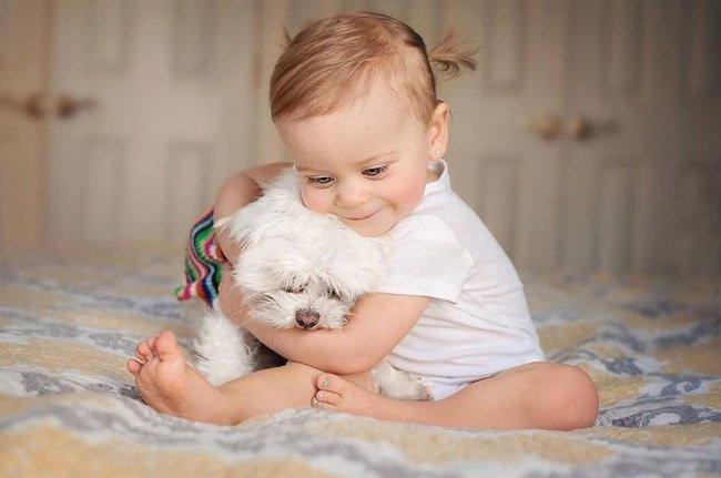 """""""Thòng tim"""" với bộ ảnh ghi lại khoảnh khắc không thể ngọt ngào hơn khi các bé âu yếm ôm thú cưng - Ảnh 12."""