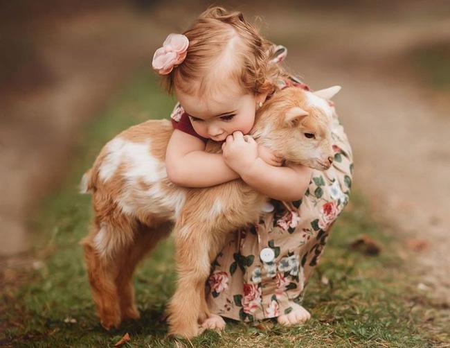 """""""Thòng tim"""" với bộ ảnh ghi lại khoảnh khắc không thể ngọt ngào hơn khi các bé âu yếm ôm thú cưng - Ảnh 2."""