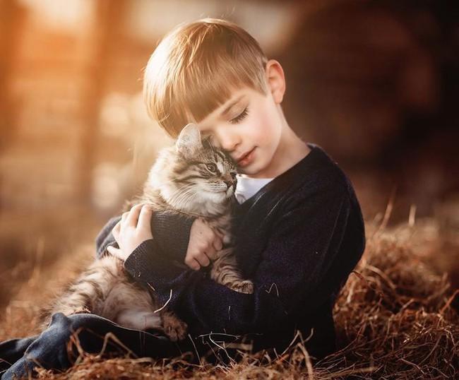 """""""Thòng tim"""" với bộ ảnh ghi lại khoảnh khắc không thể ngọt ngào hơn khi các bé âu yếm ôm thú cưng - Ảnh 3."""