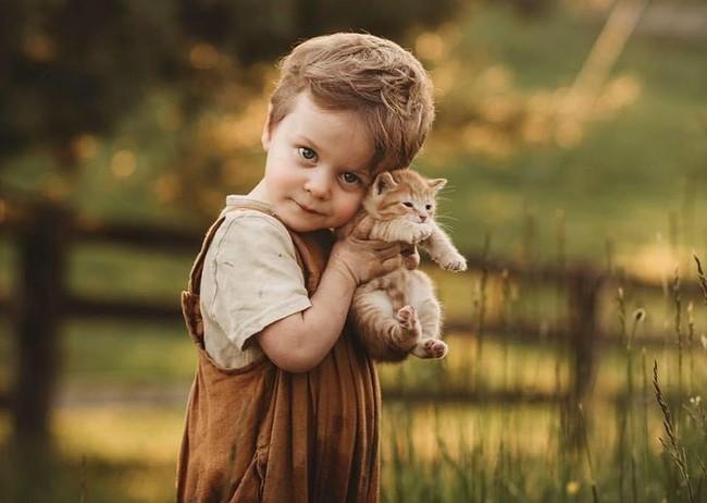 """""""Thòng tim"""" với bộ ảnh ghi lại khoảnh khắc không thể ngọt ngào hơn khi các bé âu yếm ôm thú cưng - Ảnh 4."""