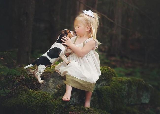 """""""Thòng tim"""" với bộ ảnh ghi lại khoảnh khắc không thể ngọt ngào hơn khi các bé âu yếm ôm thú cưng - Ảnh 5."""