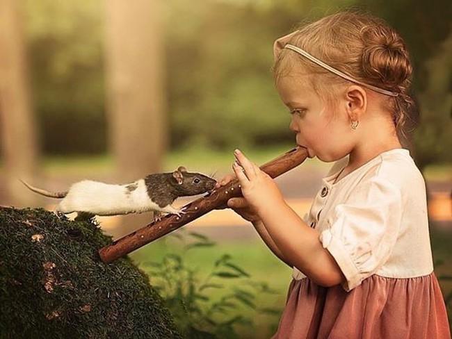 """""""Thòng tim"""" với bộ ảnh ghi lại khoảnh khắc không thể ngọt ngào hơn khi các bé âu yếm ôm thú cưng - Ảnh 6."""