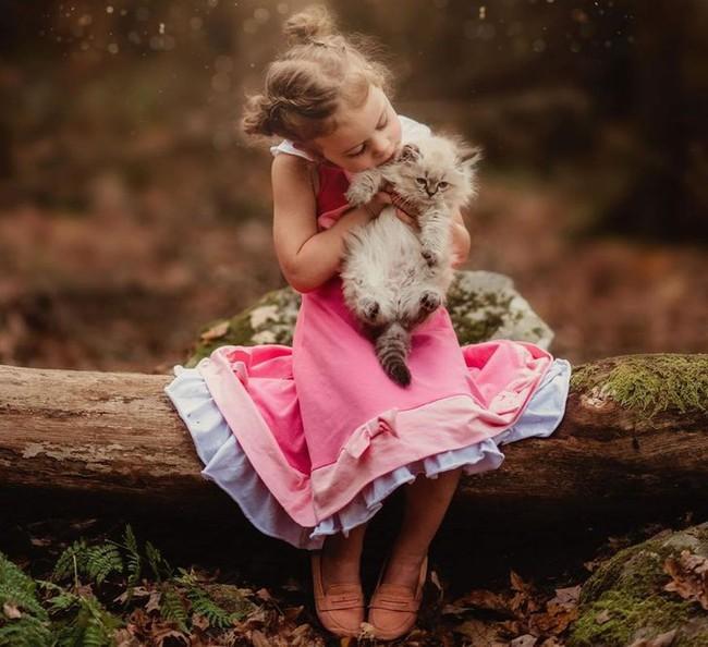 """""""Thòng tim"""" với bộ ảnh ghi lại khoảnh khắc không thể ngọt ngào hơn khi các bé âu yếm ôm thú cưng - Ảnh 8."""
