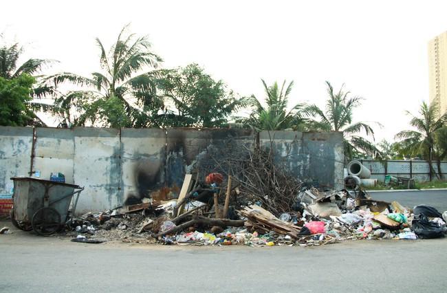 Rác thải bốc mùi bỗng dưng được tập kết ngay bên cạnh chợ dân sinh, xe rác lấn chiếm lòng đường cản trở giao thông ngay trong khu đô thị cao cấp - Ảnh 1.