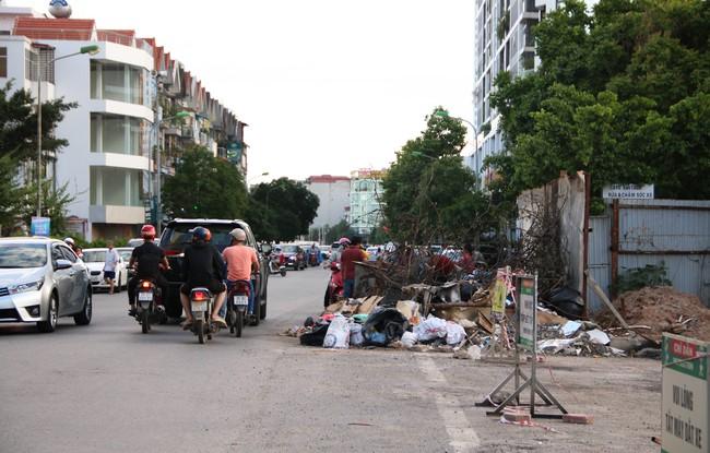 Rác thải bốc mùi bỗng dưng được tập kết ngay bên cạnh chợ dân sinh, xe rác lấn chiếm lòng đường cản trở giao thông ngay trong khu đô thị cao cấp - Ảnh 10.