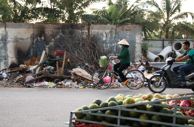 Rác thải bốc mùi bỗng dưng được tập kết ngay bên cạnh chợ dân sinh, xe rác lấn chiếm lòng đường cản trở giao thông ngay trong khu đô thị cao cấp - Ảnh 11.