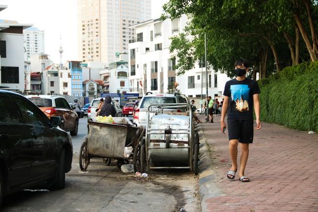 Rác thải bốc mùi bỗng dưng được tập kết ngay bên cạnh chợ dân sinh, xe rác lấn chiếm lòng đường cản trở giao thông ngay trong khu đô thị cao cấp - Ảnh 12.