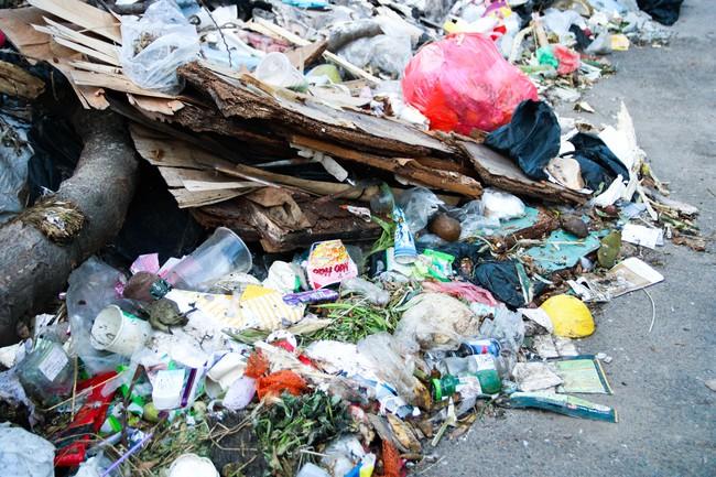 Rác thải bốc mùi bỗng dưng được tập kết ngay bên cạnh chợ dân sinh, xe rác lấn chiếm lòng đường cản trở giao thông ngay trong khu đô thị cao cấp - Ảnh 2.