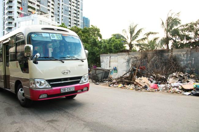 Rác thải bốc mùi bỗng dưng được tập kết ngay bên cạnh chợ dân sinh, xe rác lấn chiếm lòng đường cản trở giao thông ngay trong khu đô thị cao cấp - Ảnh 4.