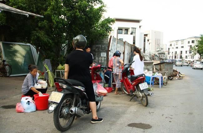 Rác thải bốc mùi bỗng dưng được tập kết ngay bên cạnh chợ dân sinh, xe rác lấn chiếm lòng đường cản trở giao thông ngay trong khu đô thị cao cấp - Ảnh 5.