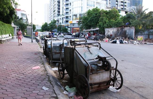 Rác thải bốc mùi bỗng dưng được tập kết ngay bên cạnh chợ dân sinh, xe rác lấn chiếm lòng đường cản trở giao thông ngay trong khu đô thị cao cấp - Ảnh 7.