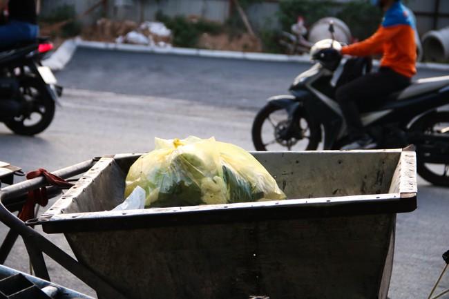 Rác thải bốc mùi bỗng dưng được tập kết ngay bên cạnh chợ dân sinh, xe rác lấn chiếm lòng đường cản trở giao thông ngay trong khu đô thị cao cấp - Ảnh 8.