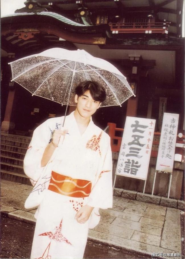 Hình ảnh Kim Thành Vũ trong buổi lễ trưởng thành, quả không hổ danh là mỹ nam điển trai nhất nhì của showbiz.