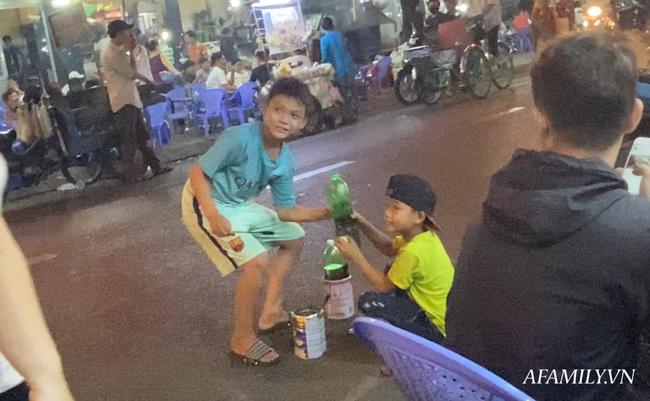 """Hai anh em đi phun lửa dầu hôi mưu sinh đêm Sài Gòn: """"Con chỉ muốn có đầy đủ ba mẹ thôi"""" - Ảnh 9."""
