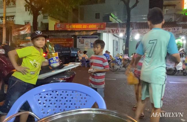 """Hai anh em đi phun lửa dầu hôi mưu sinh đêm Sài Gòn: """"Con chỉ muốn có đầy đủ ba mẹ thôi"""" - Ảnh 10."""