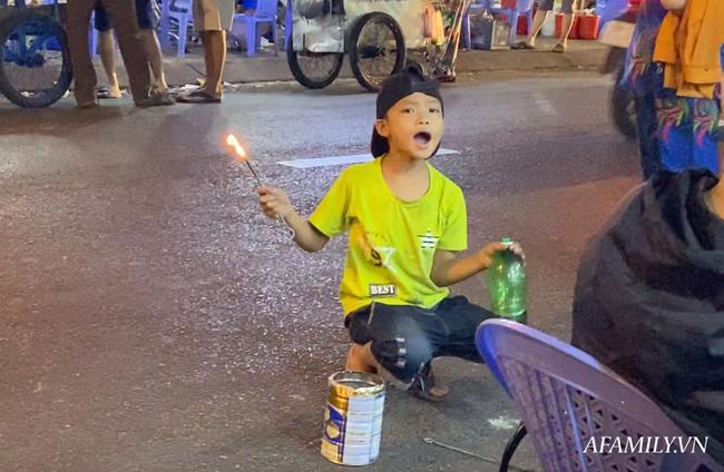 """Hai anh em đi phun lửa dầu hôi mưu sinh đêm Sài Gòn: """"Con chỉ muốn có đầy đủ ba mẹ thôi"""" - Ảnh 4."""