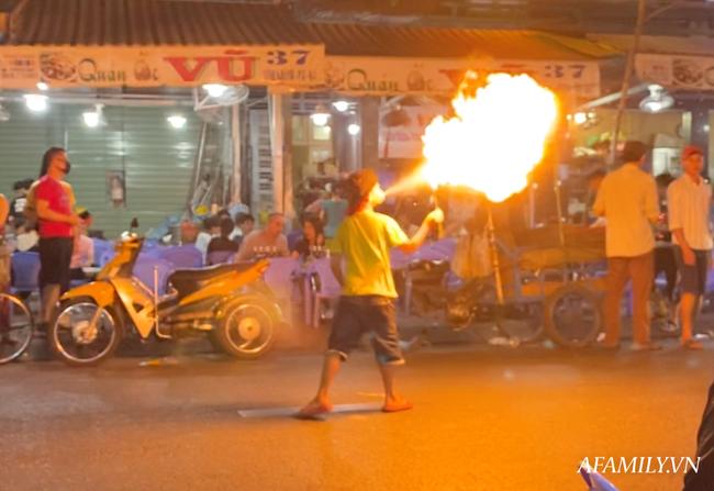 """Hai anh em đi phun lửa dầu hôi mưu sinh đêm Sài Gòn: """"Con chỉ muốn có đầy đủ ba mẹ thôi"""" - Ảnh 3."""