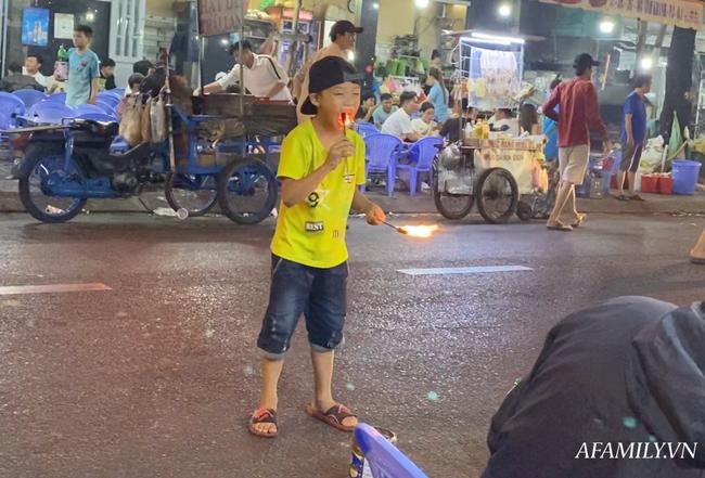 """Hai anh em đi phun lửa dầu hôi mưu sinh đêm Sài Gòn: """"Con chỉ muốn có đầy đủ ba mẹ thôi"""" - Ảnh 5."""