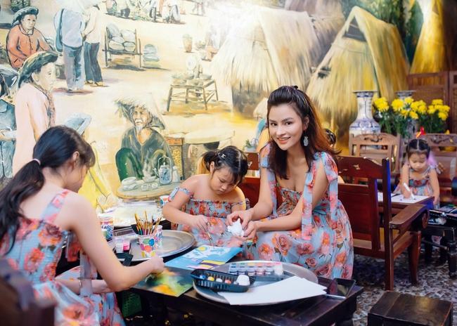 Hoa hậu Khánh Vân xinh đẹp đến dự tiệc, ôm tình cảm Vũ Thu Phương - Ảnh 2.