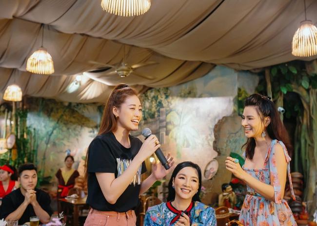 Hoa hậu Khánh Vân xinh đẹp đến dự tiệc, ôm tình cảm Vũ Thu Phương - Ảnh 7.