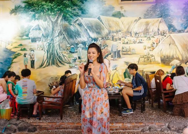 Hoa hậu Khánh Vân xinh đẹp đến dự tiệc, ôm tình cảm Vũ Thu Phương - Ảnh 4.