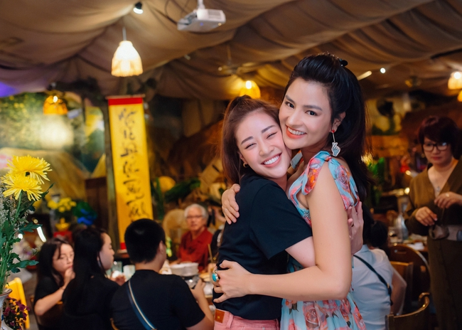 Hoa hậu Khánh Vân xinh đẹp đến dự tiệc, ôm tình cảm Vũ Thu Phương - Ảnh 6.