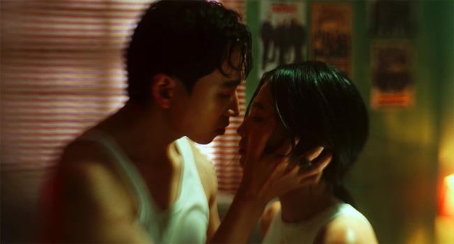 """Ở ẩn đã lâu, Karik gây tò mò khi """"khóa môi"""" cực ngọt mỹ nhân xinh đẹp - Ảnh 1."""