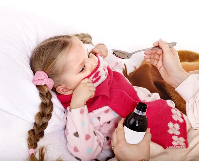 """Mẹo """"lừa"""" trẻ uống thuốc dễ như ăn kẹo của bà mẹ này khiến không ít người phải nể phục - Ảnh 1."""