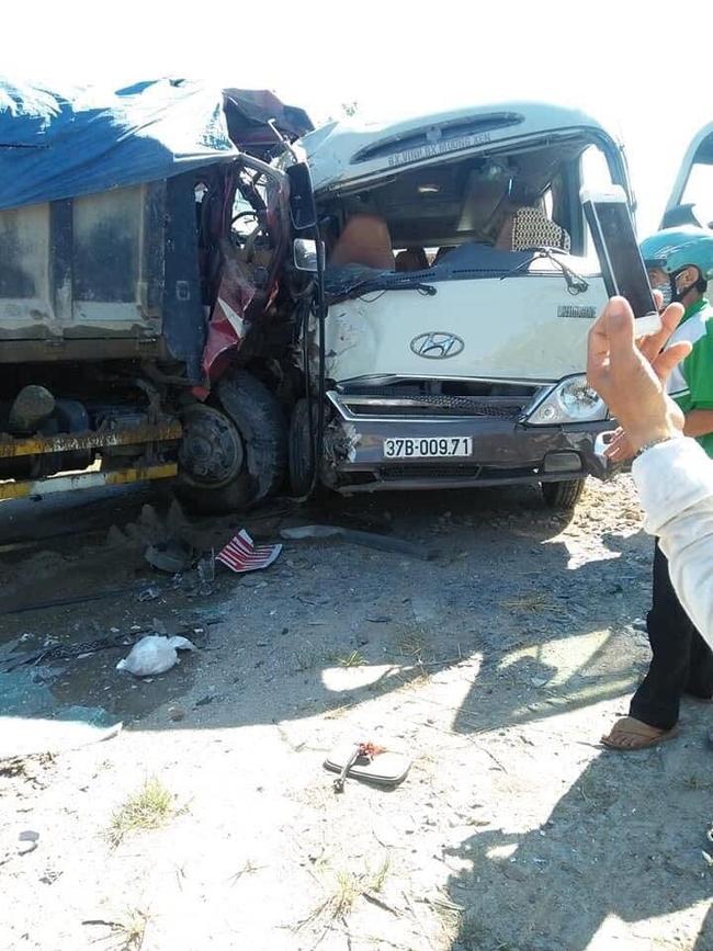 Xe khách đấu đầu xe tải, nhiều người bị thương nặng, hoảng loạn - Ảnh 1.