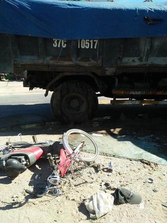 Xe khách đấu đầu xe tải, nhiều người bị thương nặng, hoảng loạn - Ảnh 2.