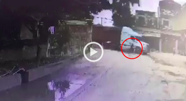 Vượt xe container ôm cua, nam thanh niên bị đâm kinh hoàng nhưng cái kết mới gây ngỡ ngàng - Ảnh 2.