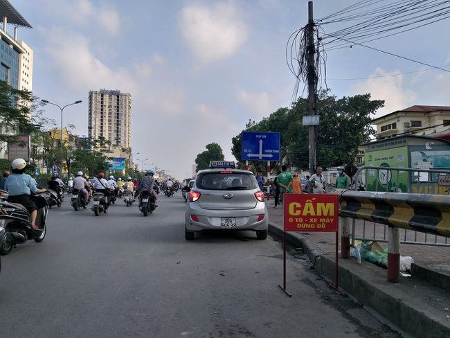 Trước khu vực cổng Bệnh viện Bạch Mai