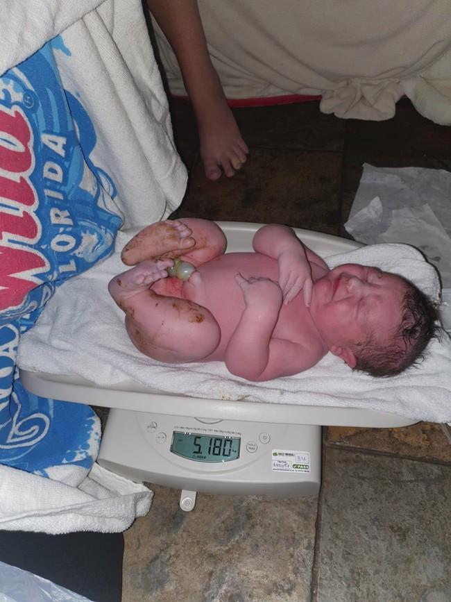 Bà mẹ hạ sinh thành công con trai nặng 5,1kg tại nhà bằng phương pháp sinh thường mà không hề bị rách tầng sinh môn - Ảnh 1.
