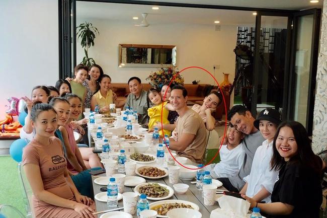 Hồ Ngọc Hà tay ôm bụng bầu đang lớn rõ, nhan sắc gây chú ý khi chụp ảnh cùng gia đình - Ảnh 2.