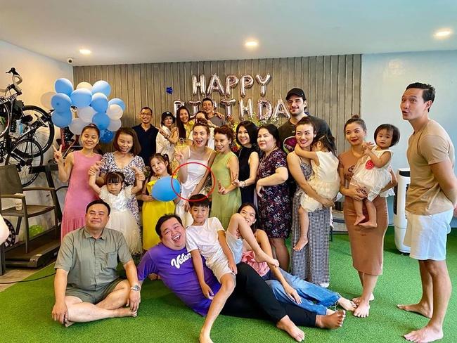 Hồ Ngọc Hà tay ôm bụng bầu đang lớn rõ, nhan sắc gây chú ý khi chụp ảnh cùng gia đình - Ảnh 3.